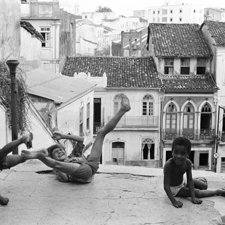 Imagem de pequenos baianos brincando em uma ladeira de Salvador estampa a capa do livro de Teixeira Foto: Divulgação/Evandro Teixeira