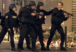 Polícia reage a um veículo suspeito perto do restaurante La Carillon após uma série de ataques mortais em Paris Foto: PASCAL ROSSIGNOL / PASCAL ROSSIGNOL/REUTERS