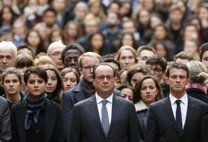 Francois Hollande entre o primeiro-ministro Manuel Valls, à direita, e a ministra da Educação, Najat Vallaud-Belkacem, na Universidade de Sorbonne Foto: Guillaume Horcajuelo / AP