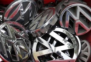 Caixa com logomarcas usadas da Volkswagen Foto: Michael Sohn / AP/23-9-2015