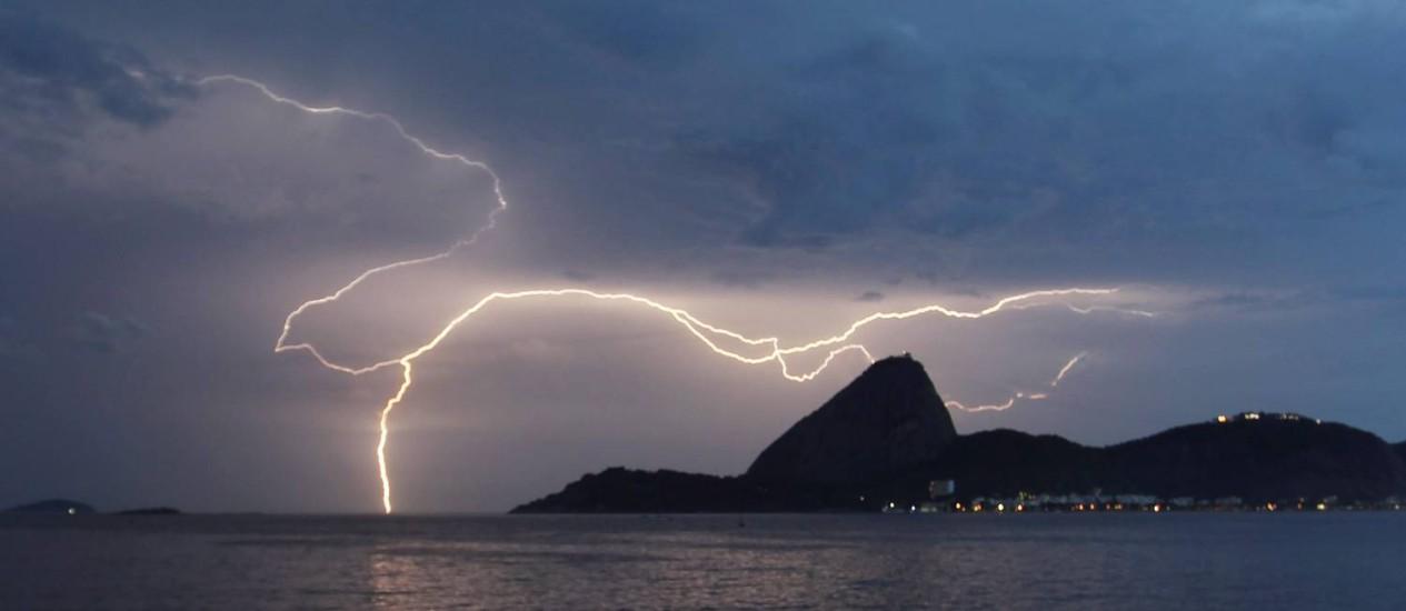 Raio atinge o Rio durante um temporal em fevereiro de 2013: ocorrência de El Niño extremo como o observado desde julho provoca elevação de 20% no número de tempestades elétricas no Sudente durante o verão, diz estudo do Elat/Inpe Foto: Marcelo Carnaval / Marcelo Carnaval