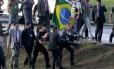Manifestante é carregado por seguranças do Congresso