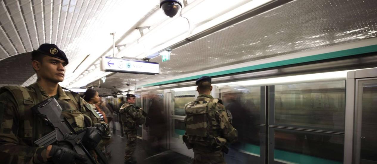 Com medo de ataques a transportes, soldados monitoram metrô em Paris Foto: JOEL SAGET / AFP