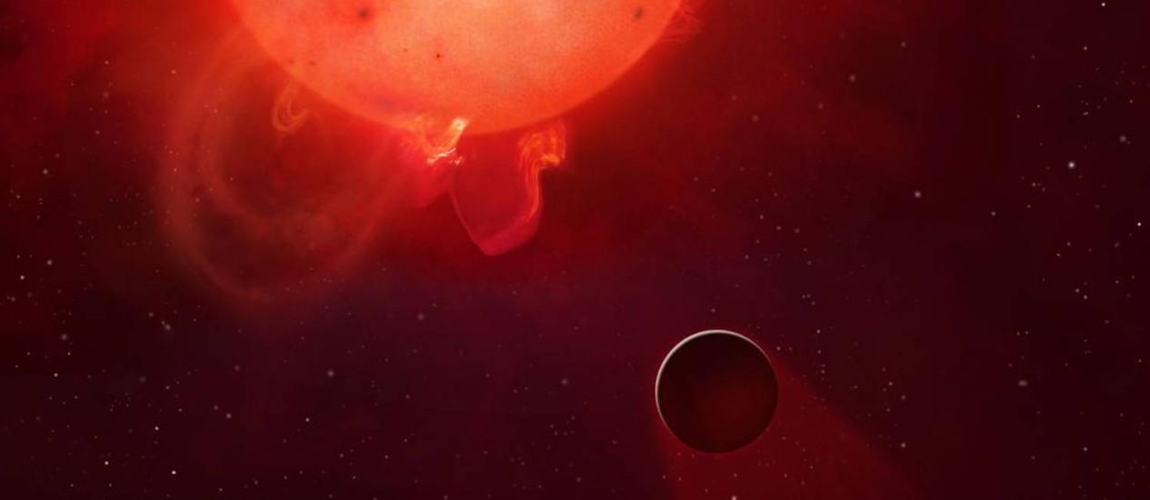 Ilustração mostra a anã vermelha Kepler-438 com o planeta extrassolar em sua órbita: intensa atividade da estrela seria capaz de destruir atmosfera do Kepler-438b Foto: Mark A Garlick/Universidade de Warwick
