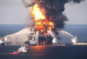 Fogo consome a Deepwater Horizon, no Golfo do México. BP pagou indenização bilionária Foto: Reuters/21-4-2010
