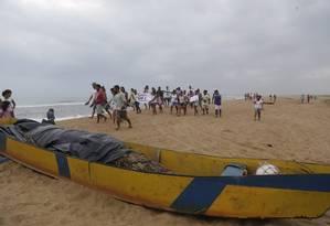 Adultos e crianças de Regência, no Espírito Santo, caminham pelo estuário do Rio Doce pedindo que a trajetória da lama seja interrompida Foto: Marcelo Carnaval / Agência O Globo