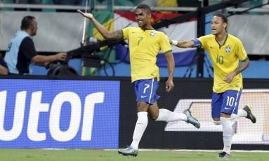 Douglas Costa e Neymar foram convocados para a Olimpíada do Rio Foto: UESLEI MARCELINO / REUTERS