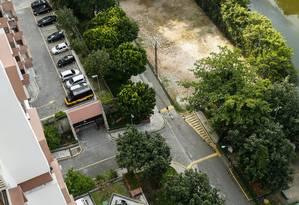 Bloqueado. Fundos do Barramares ocupa trecho da Dulcidio Cardoso Foto: Barbara Lopes