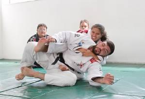 TI - Allan di Lucia com uma participante do projeto Jiu Jitsu Sem Limites, que funciona na Apae. Foto: Divulgação