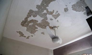 Aparência de teto em apartamento do último andar revela infiltração Foto: Barbara Lopes/ Agência O Globo