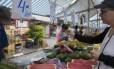 Mulher faz compra em feira de São Paulo