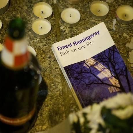 Exemplar de 'Paris é uma festa', de Hemingway, em frente a um dos locais dos atentados na capital francesa Foto: Reprodução/@tremblay_p/Twitter