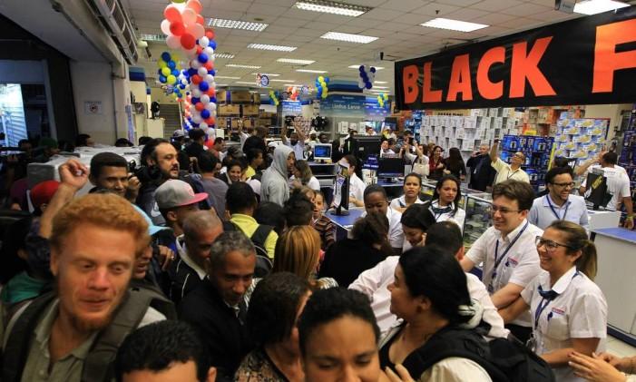Consumidores aproveitam as promoções durante a Black Friday de 2014 nas Casas Bahia da Praça Ramos de Azevedo, na região central de São Paulo Foto: HÉLVIO ROMERO / Agência O Globo