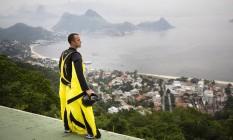 Risco. Em busca de adrenalina, Gabriel Lott pratica wingsuit como hobby: ele já fez mais de 600 saltos Foto: Mônica Imbuzeiro