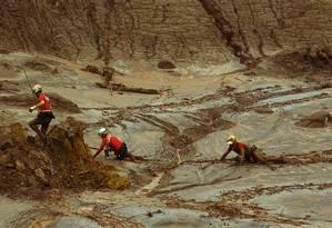 Bombeiros trabalham no resgate às vítimas, em meio à lama, em Bento Rodrigues Foto: Daniel Marenco/08-11-2015 / Agência O Globo