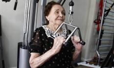 Denanci dos Santos, de 98 anos, malha duas vezes na semana Foto: Pedro Teixeira / Agência O Globo