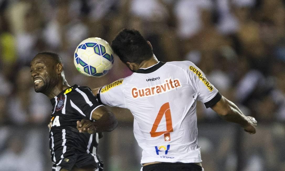 Vagner Love e Luan disputam a bola no alto Guito Moreto / Agência O Globo
