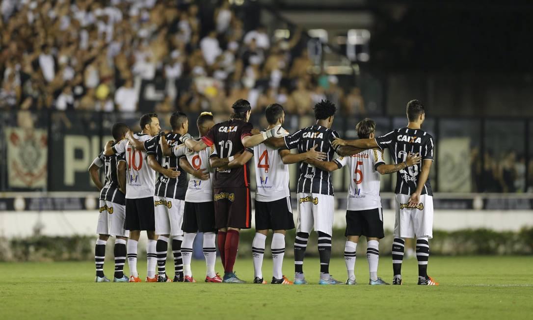 Antes do início do jogo, atletas dos dois times unidos em homenagem aos mortos dos atentados em Paris Alexandre Cassiano / Agência O Globo