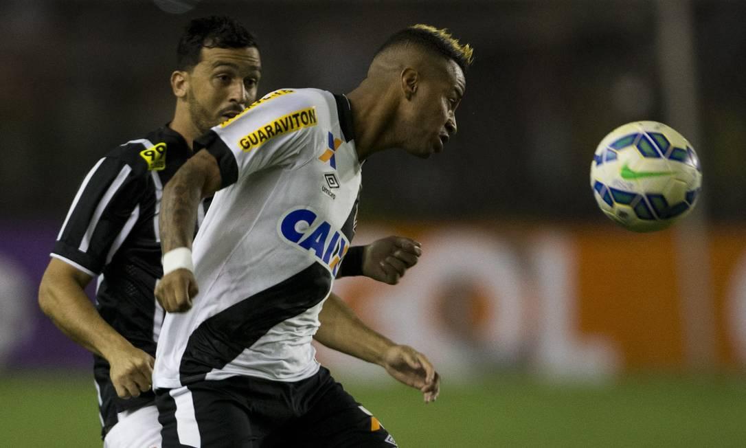 Rafael Silva tenta o domínio de bola pelo Vasco no jogo contra o Corinthians Guito Moreto / Agência O Globo