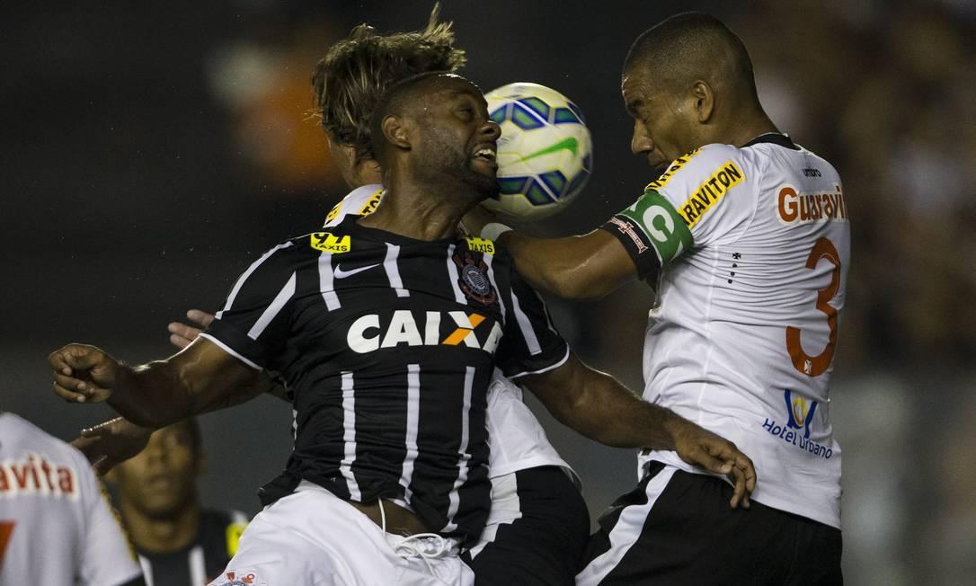 Rodrigo disputa a bola no alto com Vagner Love: zagueiro do Vasco foi expulso e prejudicou o time Guito Moreto / Agência O Globo