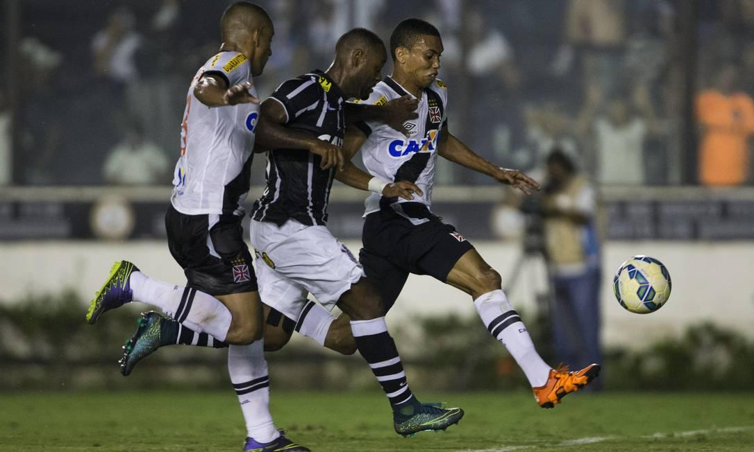 Vagner Love batalhou durante todo o jogo e acabou fazendo o gol de empate corintiano no 1 a 1 com o Vasco Guito Moreto / Agência O Globo