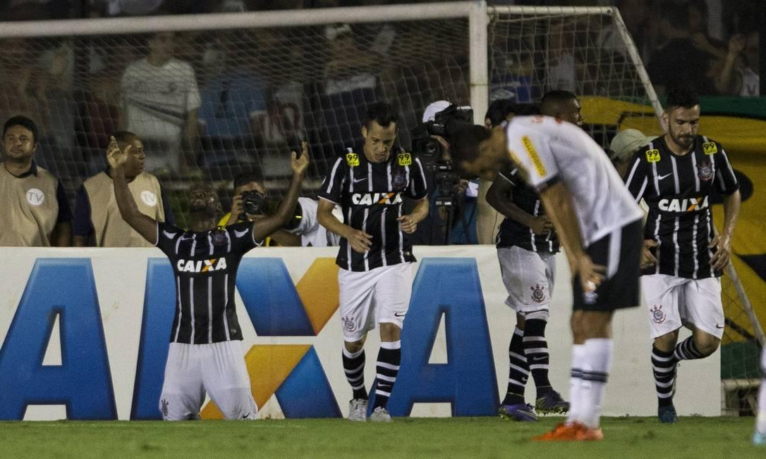 Vagner Love se ajoelha após marcar o gol do empate do Corinthians contra o Vasco, para desânimo de Nenê Guito Moreto / Agência O Globo