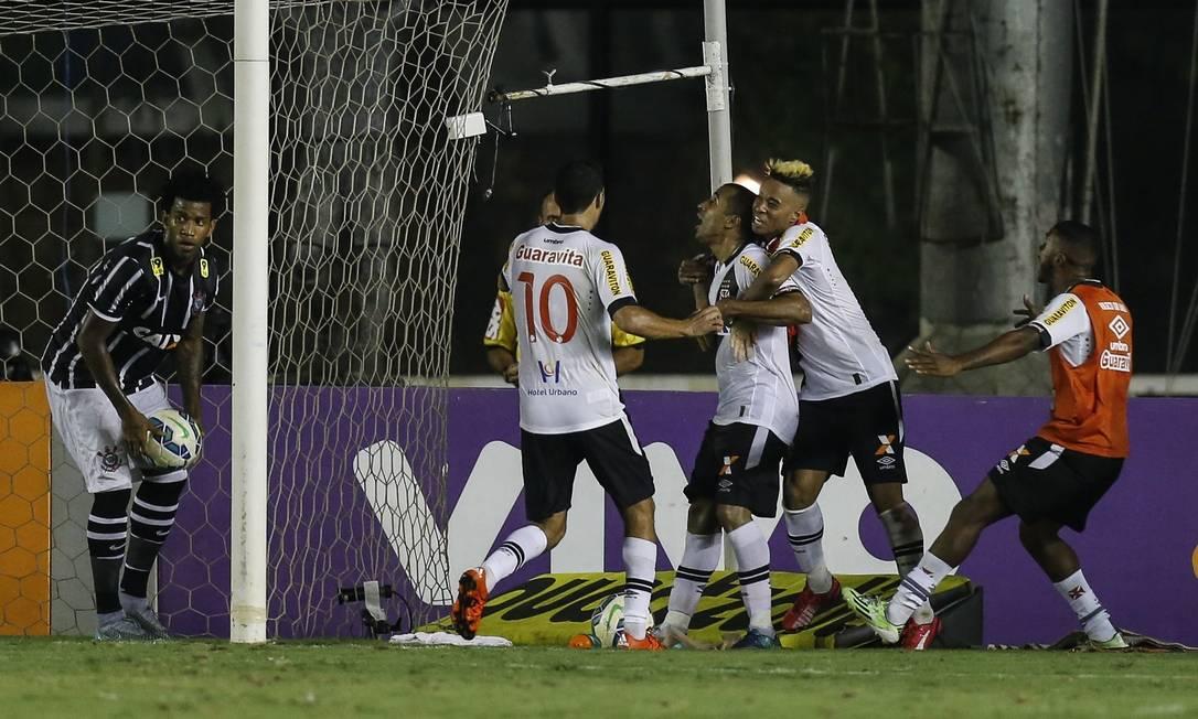 Julio Cesar é abraçado por Rafael Silva após marcar o gol do Vasco sobre o Corinthians em São Januário Alexandre Cassiano / Agência O Globo