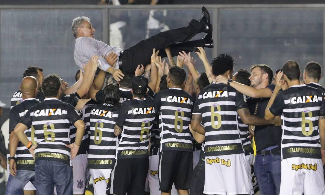 O técnico Tite é jogado para cima pelos jogadores do Corinthians na comemoração do título brasileiro Marcelo Theobald / Agência O Globo