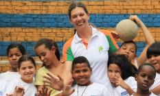 Ana Moser com crianças da Favela de Heliópolis, em São Paulo: idealismo e transparência para que empresas continem a investir no esporte no período pós-2016 Foto: Eliária Andrade/05-11-2010