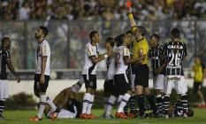 Rodrigo foi expulso após entrada dura em Malcom no empate entre Vasco e Corinthians Foto: Alexandre Cassiano / Agência O Globo