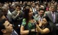 BSB - Brasília - Brasil - 19/11/2015 - PA - A deputada Mara Gabrilli (PSDB-SP) em pé na cadeira de rodas, posicionada de frente ao presidente da Câmara, deputado Eduardo Cunha, faz um discurso emocionante que calou o plenário da câmara. Foto: Givaldo Barbosa/Agência O Globo