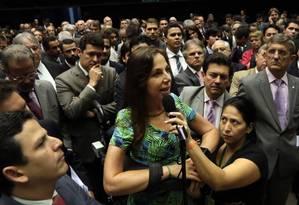 BSB - Brasília - Brasil - 19/11/2015 - PA - A deputada Mara Gabrilli (PSDB-SP) em pé na cadeira de rodas, posicionada de frente ao presidente da Câmara, deputado Eduardo Cunha, faz um discurso emocionante que calou o plenário da câmara. Foto: Givaldo Barbosa/Agência O Globo Foto: Givaldo Barbosa / Agência O Globo
