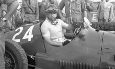 Primeiro tri. O argentino Juan Manuel Fangio em seu Maserati, antes do GP da Itália, em Modena, em 1953, encerrou sua carreira com cinco títulos mundiais Foto: Remo Nassi/AP/20-09-1953