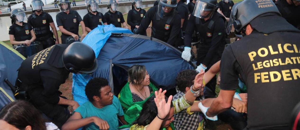Polícia Legislativa retira manifestantes contra o governo acampados no gramado diante do Congresso Nacional Foto: Ailton de Freitas / Agência O Globo