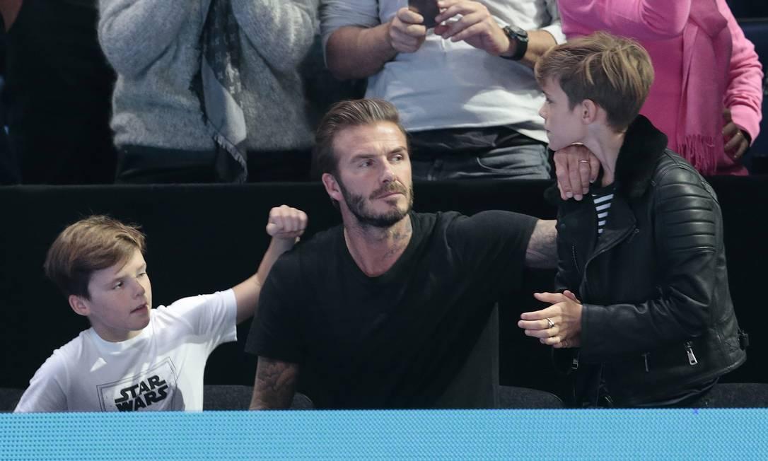 Beckham checando se está tudo certo com Romeo Suzanne Plunkett / REUTERS