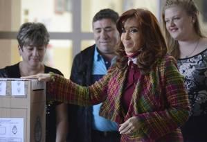 Cristina sorri ao votar na cidade de Rio Gallegos, capital da província de Santa Cruz Foto: Francisco Munoz / AP
