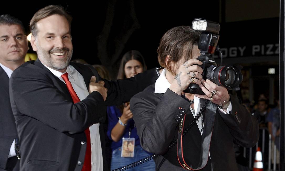 Johnny Depp em ação, com a câmera do fotógrafo Todd Williamson KEVORK DJANSEZIAN / REUTERS