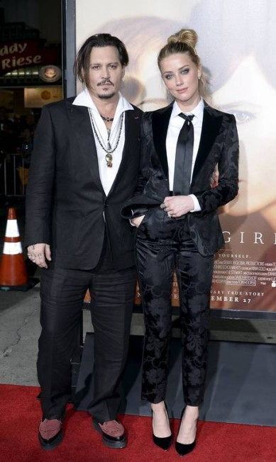 """Johnny Depp e Amber Heard foram o assunto da première do filme """"A garota dinamarquesa"""", neste sábado, em Los Angeles. O casal até tentou combinar os looks. Mas Depp não quis saber de gravata KEVORK DJANSEZIAN / REUTERS"""