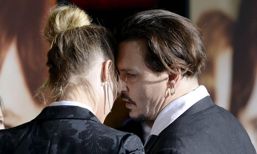 Amber Heard e Johnny Depp: conversinha ao pé do ouvido no tapete vermelho KEVORK DJANSEZIAN / REUTERS