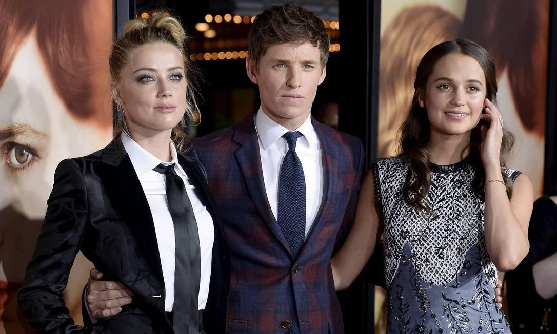 Amber Heard com os colegas de elenco Eddie Redmayne e Alicia Vikander KEVORK DJANSEZIAN / REUTERS