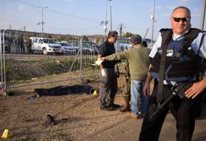 O palestino, identificado como Isam Thwabteh, foi morto por forças de segurança de Israel após esfaquear a israelense Hadar Buchris Foto: MENAHEM KAHANA / AFP