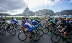 Copa Light de Ciclismo: pelotão de atletas em frente ao Pão de Açúcar Foto: Gustavo Oliveira / Divulgação