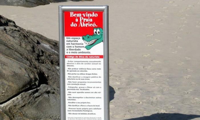 27.05.2004 - Marcelo Carnaval - RI - Nova placa da prefeitura avisa de naturismo na praia do Abricó Foto: Marcelo Carnaval / Agência O Globo