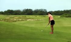 A atleta Victoria Alimonda Lovelady, numero 1 do ranking brasileiro do golfe, experimenta tacadas no campo de golfe inaugurado neste domingo Foto: Gabriel de Paiva