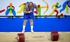 Fernando Reis, do levantamento de peso, medalhista de ouro no Pan de Toronto/2015, faz a costumeira reverência ao público. Brasileiro é destaque da equipe no Mundial dos EUA Foto: Ezra Shaw/Getty Images