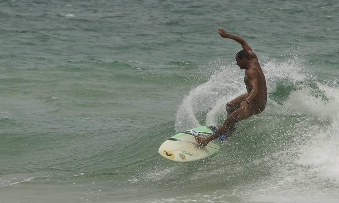Surfistas naturistas da Paraíba fazem manobras na Praia do Abricó, na Zona Oeste Foto: Agência O Globo / Gabriel de Paiva