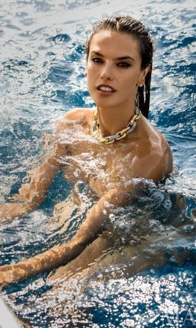 """Alessandra Ambrósio na """"Maxim"""" Reprodução"""