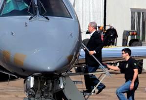 O pecuarista José Carlos embarca no hangar da Policia Federal em Brasilía rumo a Curitiba Foto: Ailton de Freitas / Agência O Globo