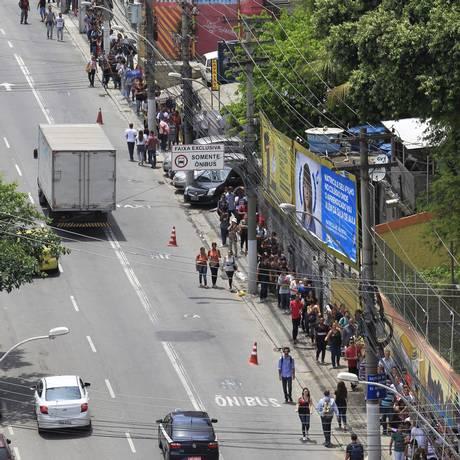 Fila para Empregos no Niterói Shopping no Centro de Niterói Foto: Fabio Guimaraes / Agência O Globo