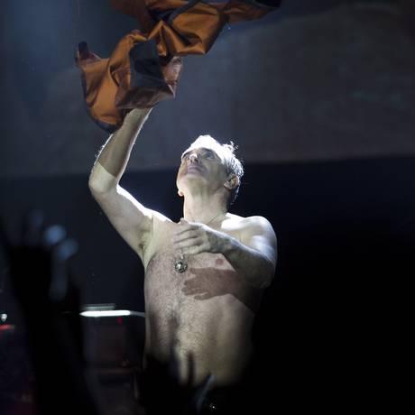 Sem camisa, Morrissey terminou o show saudando o público do Metropolitan Foto: Mônica Imbuzeiro